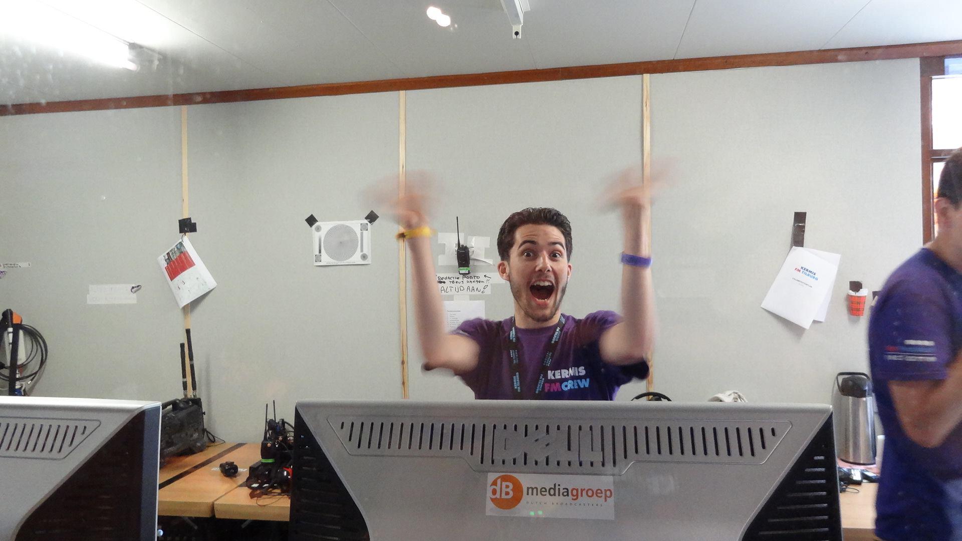 Daan Berg in de techniekruimte van Kermis FM