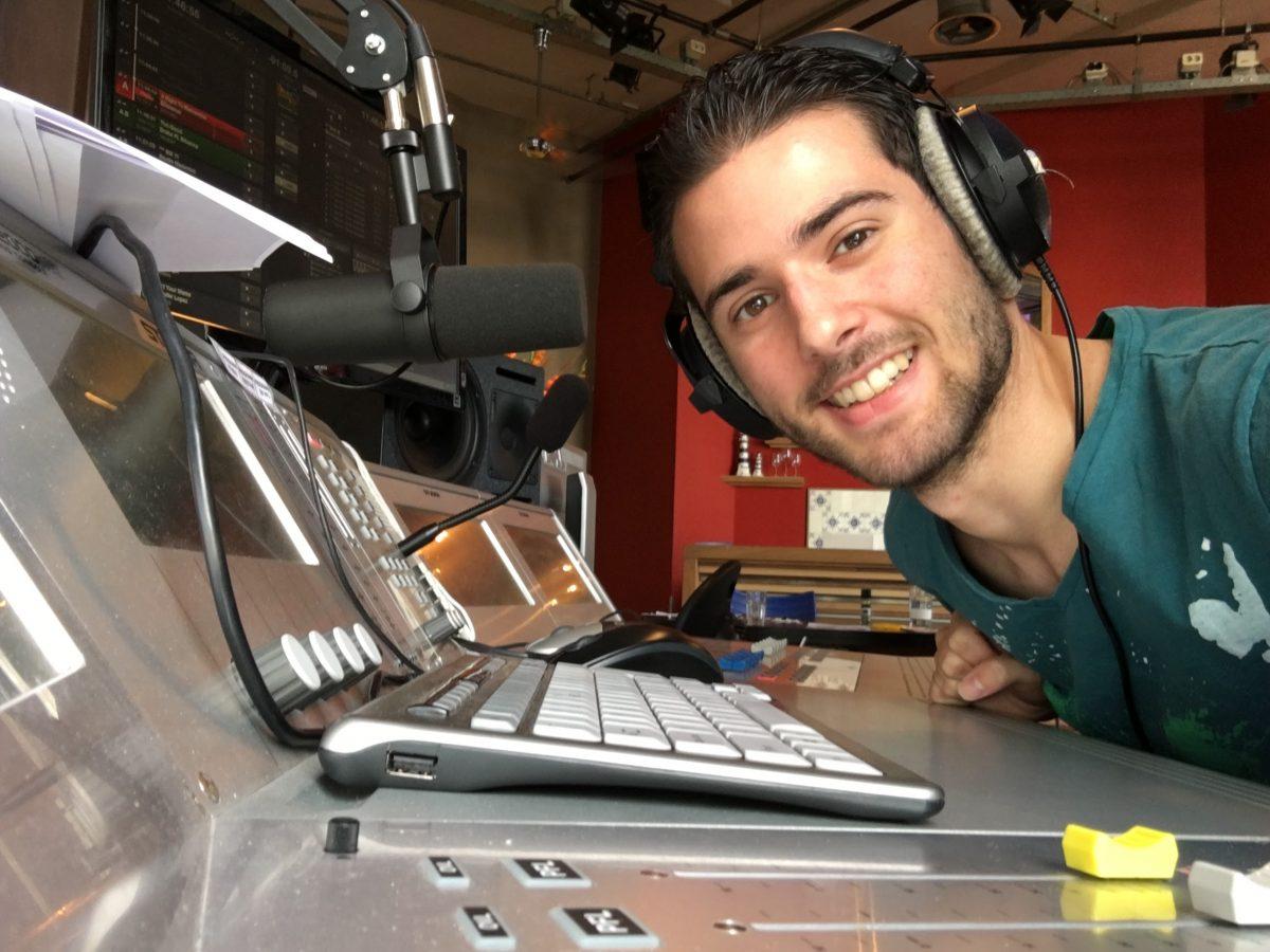 Daan Berg als radio-dj op een locatie-uitzending